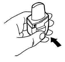 Ilustração para pressionar completamente o botão frontal do inalador para a perfuração da cápsula. Em seguida solte o botão.